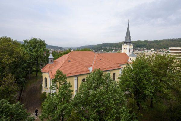 A megújult salgótarjáni főplébánia-templom tetőszerkezetét a Váci Egyházmegye és az Emberi Erőforrások Minisztériuma támogatásával, valamint a hívek adományaiból újították fel (MTI Fotó: Komka Péter)