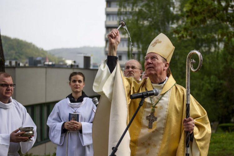 Beer Miklós váci megyéspüspök áldotta meg a megújult salgótarjáni főplébánia-templomot (MTI Fotó: Komka Péter)