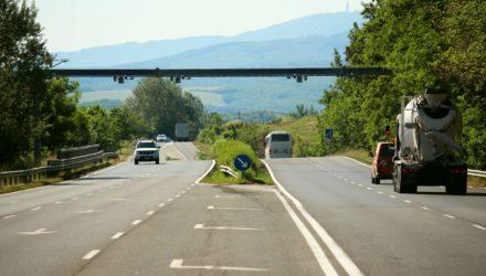 3100.hu Fotó: A 21-es úton, Vizslás-Újlaknál található útdíjellenőrzési portál a tengelysúlymérő rendszer berendezéseivel is bővülni fog hamarosan