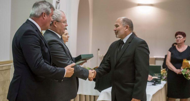 Molnár Zoltán elismerést vesz át Dr. Fazekas Sándor földművelésügyi minisztertől (Fotó: Pelsőczy Csaba | FM Sajtóiroda)