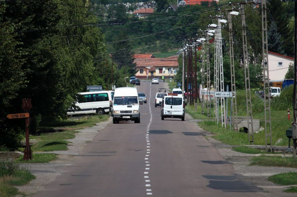 3100.hu Fotó: Járda nélküli útszakasz a Karancs-völgyben Karancsalja és Karancslapujtő határában