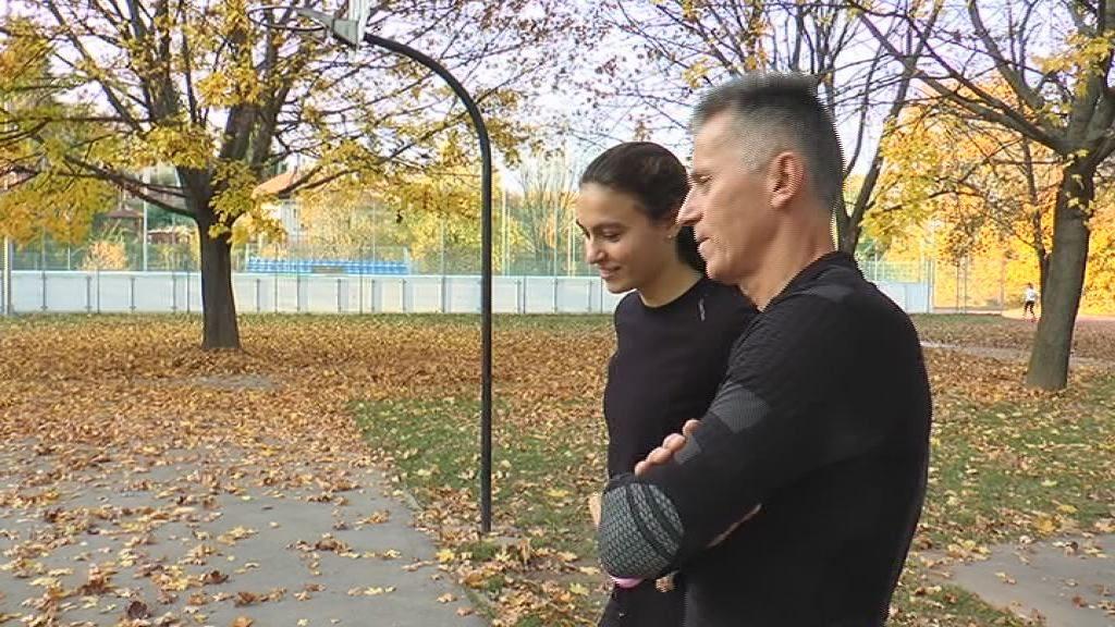 Kadlót Zoltán adja ki a feladatokat Barta Lucának (Forrás: Salgótarjáni Városi Televízió)