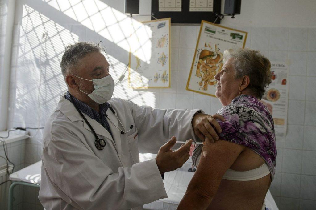 Ferkó Attila háziorvos influenza elleni védőoltást ad be páciensének (MTI Fotó: Komka Péter)