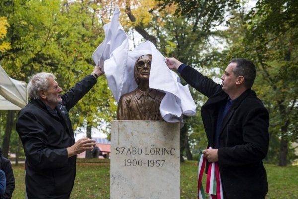 Medvácz Lajos polgármester és Petró György szobrászművész, a szobor alkotója leplezte le Szabó Lőrinc mellszobrát a balassagyarmati Palóc ligetben 2017. október 3-án (MTI Fotó: Komka Péter)