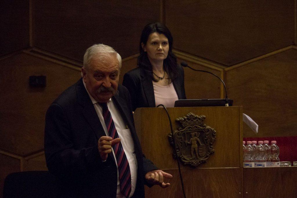 Dr. Ócsai Lajos, a Nemzetközi Oltóközpont vezető főorvosa ésFeketéné dr. Zeke Ildikó megyei tisztifőorvos (Fotó: Nógrád Megyei Kormányhivatal)