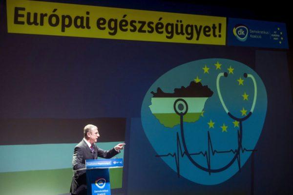 Gyurcsány Ferenc, a Demokratikus Koalíció elnöke, korábbi miniszterelnök pártja országos választási programbemutató salgótarjáni rendezvényén (MTI Fotó: Komka Péter)