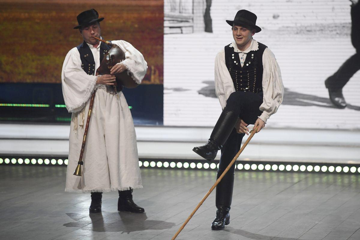 Haraszti József Nógrádmegyeri pásztortáncok című produkciója a Fölszállott a páva döntőjében (MTI Fotó: Kovács Tamás)