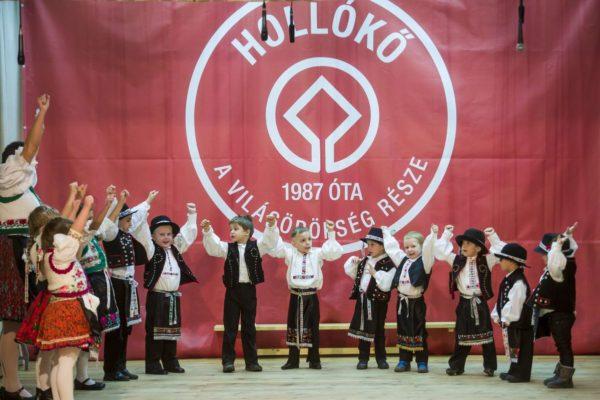 Palóc népviseletbe öltözött gyermekek műsora Hollókőn, a falu világörökséggé nyilvánításának 30. évfordulóján rendezett ünnepségen (MTI Fotó: Komka Péter)