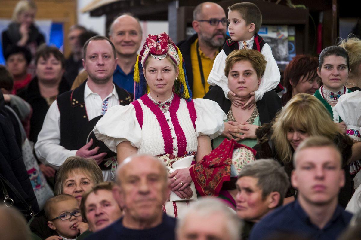 Résztvevők Hollókőn, a falu világörökséggé nyilvánításának 30. évfordulóján rendezett ünnepségen (MTI Fotó: Komka Péter)