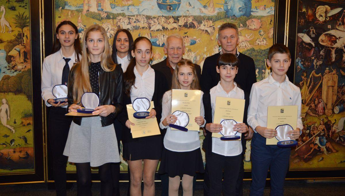 A Salgótarjáni Atlétikai Club által felkészített, díjazott sportolók egy csoportja és az edzők: Máté Csaba és Kadlót Zoltán (Fotó: Salgótarjáni Atlétikai Club)