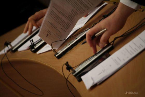 3100.hu Fotó: Képviselők szavaznak a salgótarjáni közgyűlés ülésén