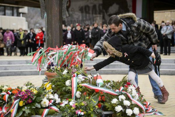 Az 1848-49-es forradalom és szabadságharc kitörésének 170. évfordulója alkalmából rendezett megemlékezés a salgótarjáni Múzeum téren álló Széchenyi-szobornál (MTI Fotó: Komka Péter)