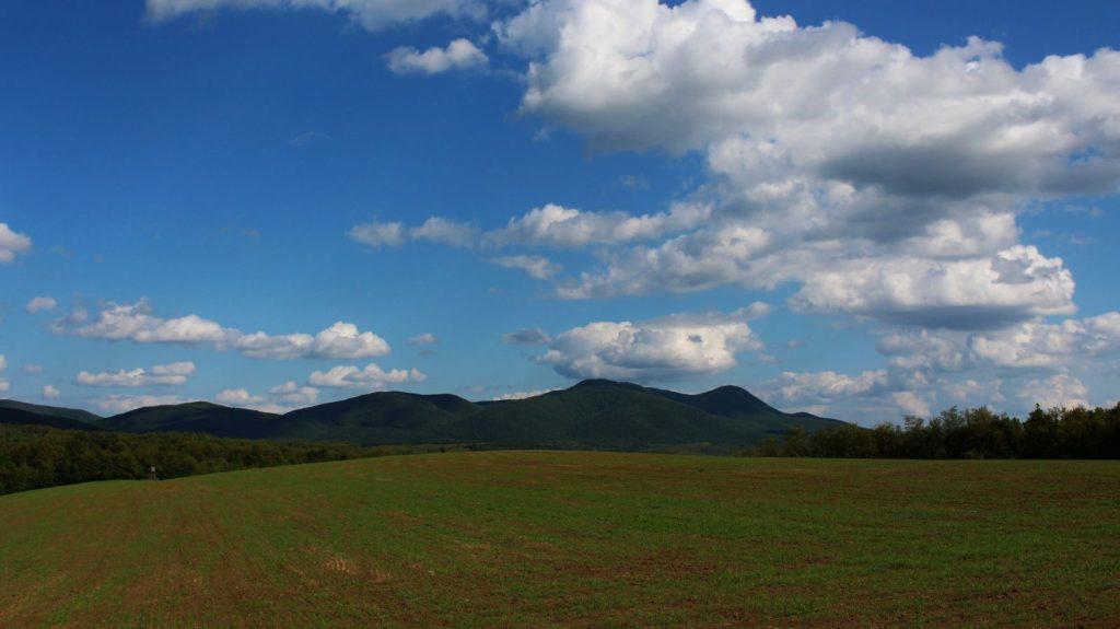 3100.hu Fotó: A Karancs tömbje a Karancsberény feletti országhatár felől