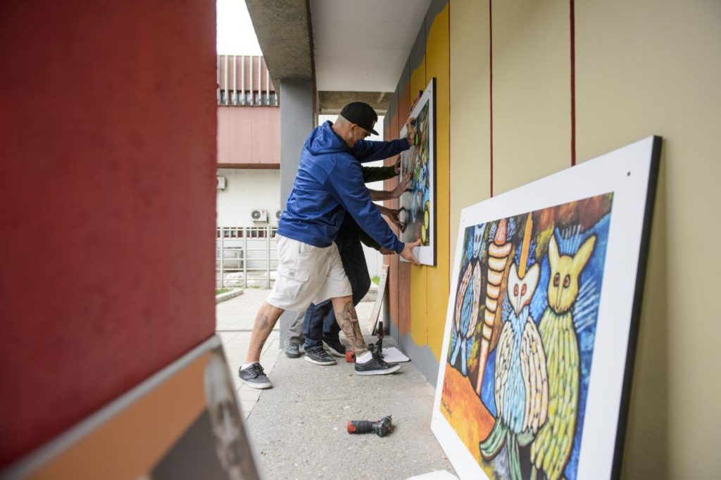 A Balázs János festőművész munkásságát bemutató szabadtéri tárlat kialakításán összesen több mint félszáz önkéntes dolgozott a múlt hétvégén (MTI Fotó: Komka Péter)