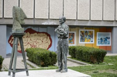 Szabó Tamás szobrász Balázs János festőművészt ábrázoló szobra és a festő munkásságát bemutató szabadtéri tárlat (MTI Fotó: Komka Péter)