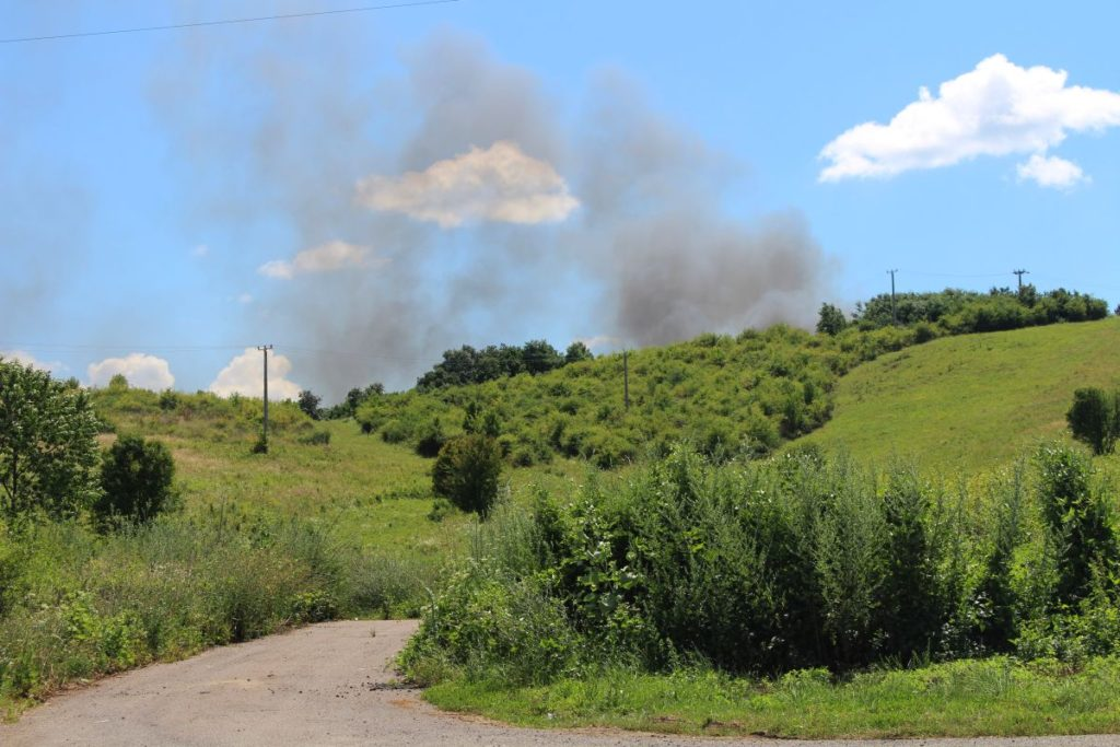 A tűz füstje a 22-es út felől nézve (Olvasói fotó)