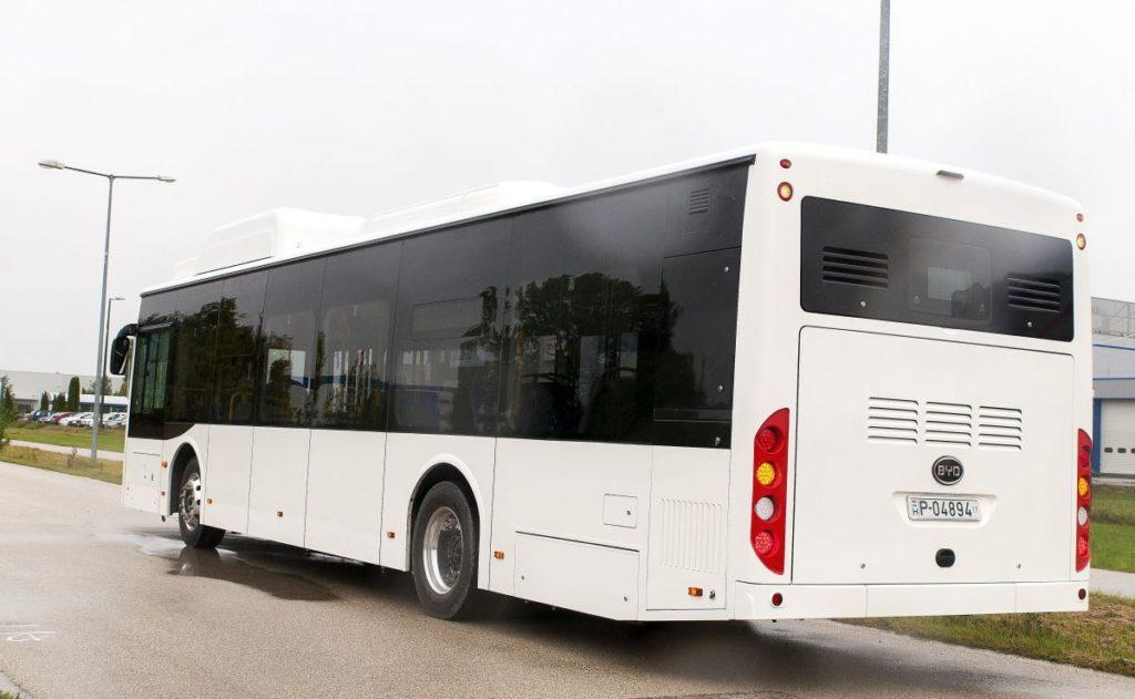 A BYD első Komáromban gyártott autóbusza 2017 szeptemberében (MTI Fotó: Krizsán Csaba)