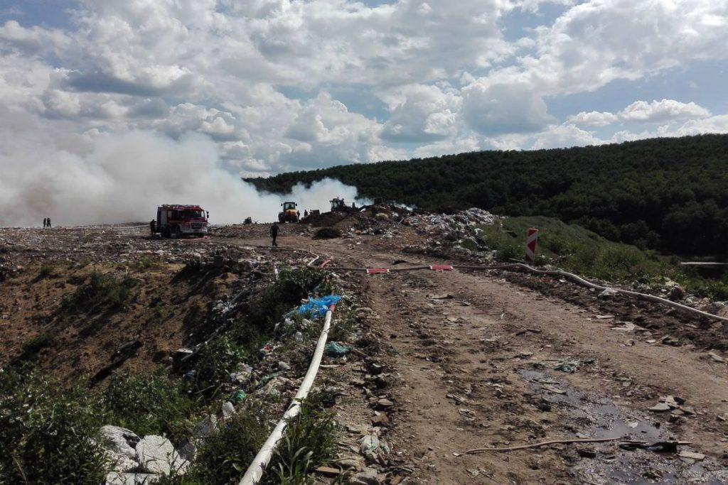A szombati tűzoltás a csókáspusztai hulladéklerakóban (Fotó forrása és további képek: Mészáros Hajnalka - Karancs Speciális Mentőszolgálat Ksm-Usar | Facebook)