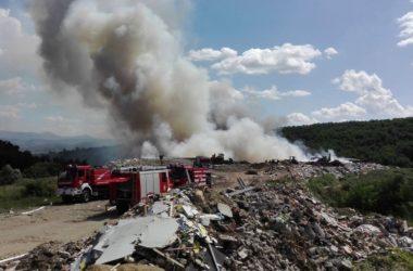 A szombati tűzoltás a csókászpusztai hulladéklerakóban (Fotó forrása és további képek: Karancs Speciális Mentőszolgálat Ksm-Usar | Facebook)