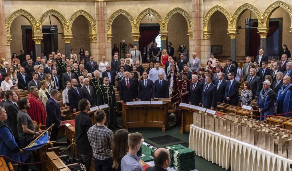 A Pálinka Nemzeti Tanács és az Agrárminisztérium Pálinka Országkóstoló Versenyének díjátadó gálája az Országház Felsőházi termében (MTI Fotó: Szigetváry Zsolt)