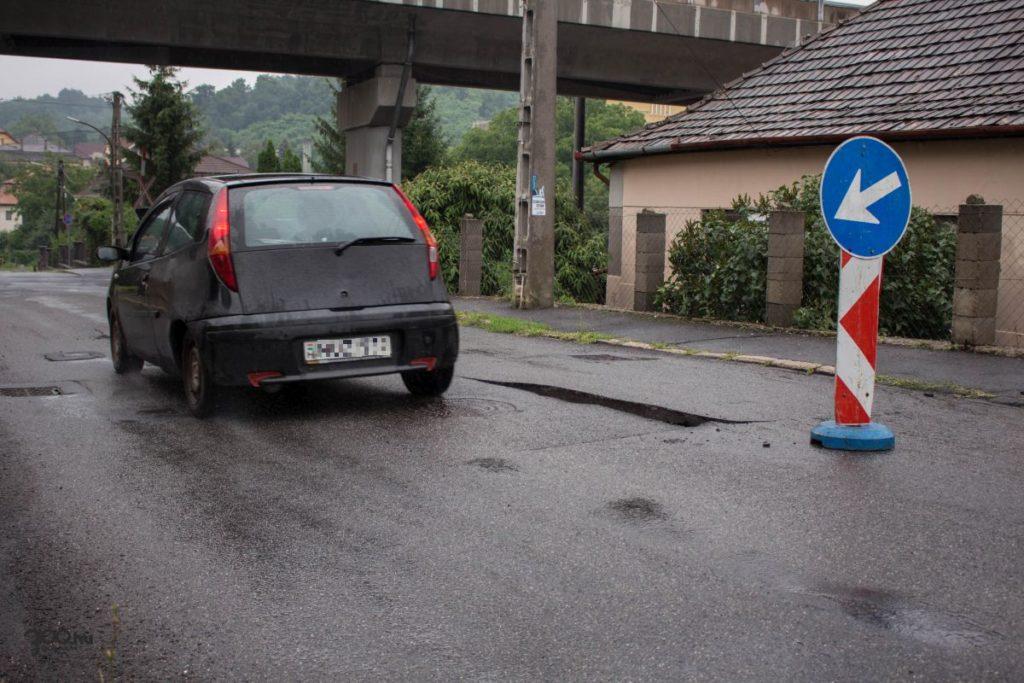 3100.hu Fotó: A víz feltörte az aszfaltot a Móricz Zsigmond úton