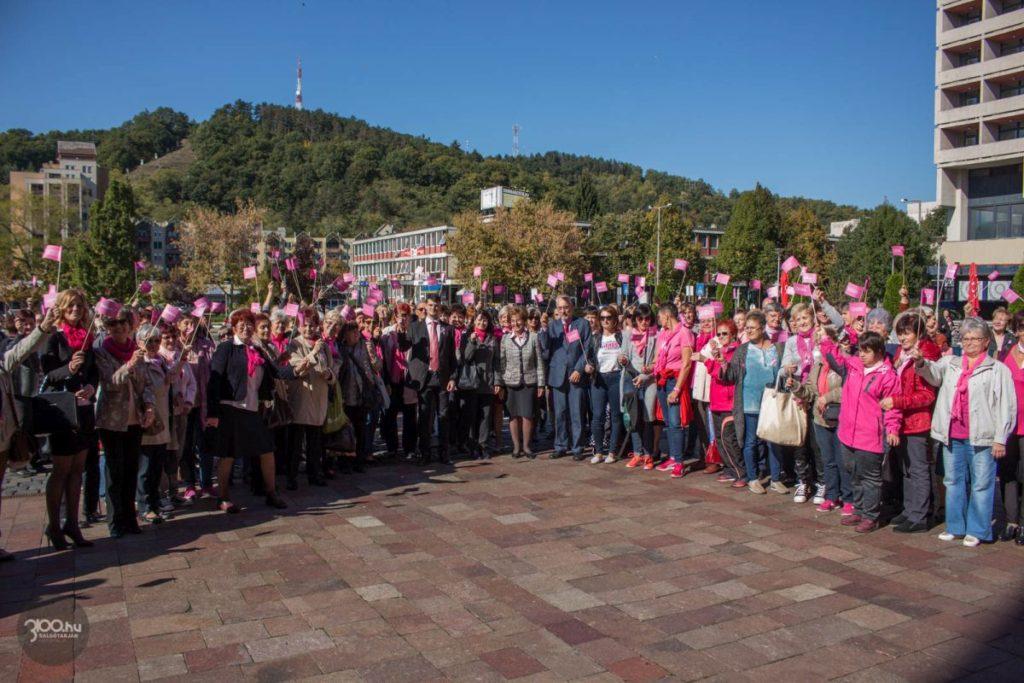 """3100.hu archív fotó: Figyelemfelkeltő séta az """"Egy nap a nőkért"""" elnevezésű salgótarjáni eseményen, 2018. október 5-én"""