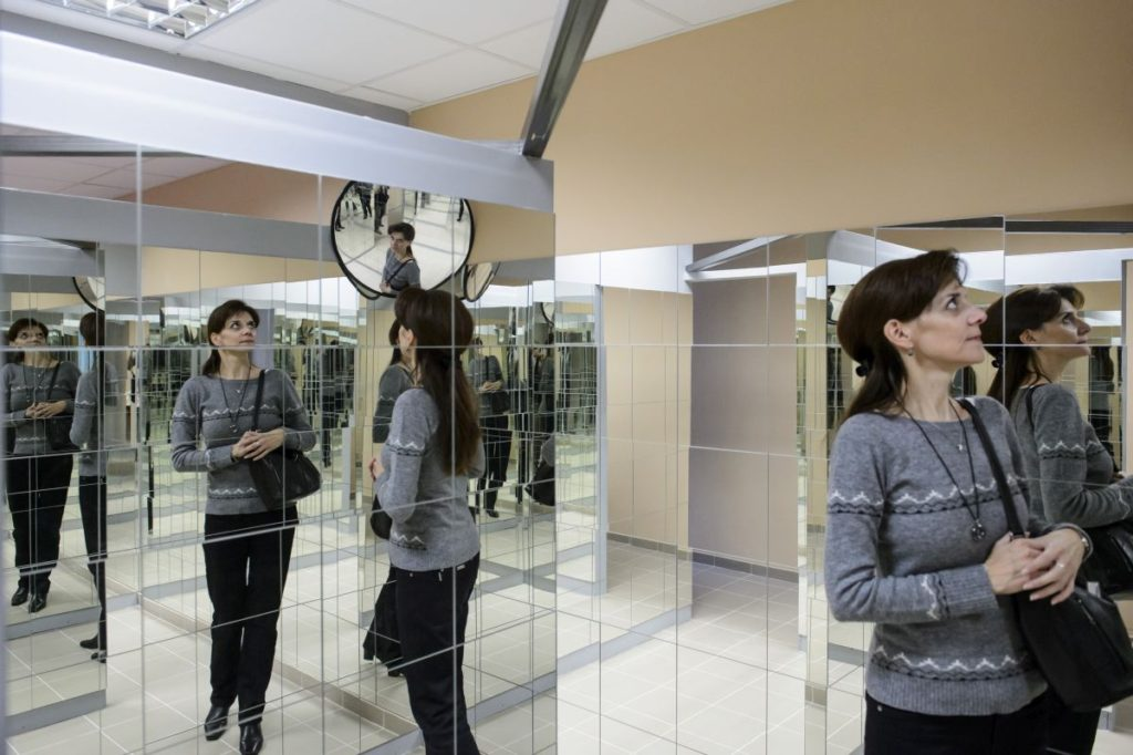Tükörszoba a természettudományos ismereteket játékos formában terjesztő Pegazus Élményközpontban (Fotó: MTI/Komka Péter)