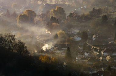 Talajmenti pára és füst szerda reggel Salgótarjánban (Fotó: MTI/Komka Péter)