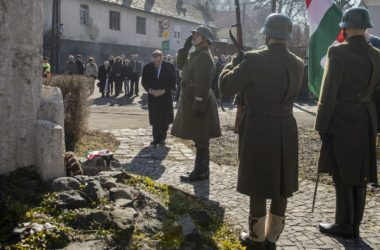 Lezsák Sándor, az Országgyűlés alelnöke is koszorút helyezett el a somoskőújfalui Hazatérés emlékműnél (Fotó: MTI/Komka Péter)