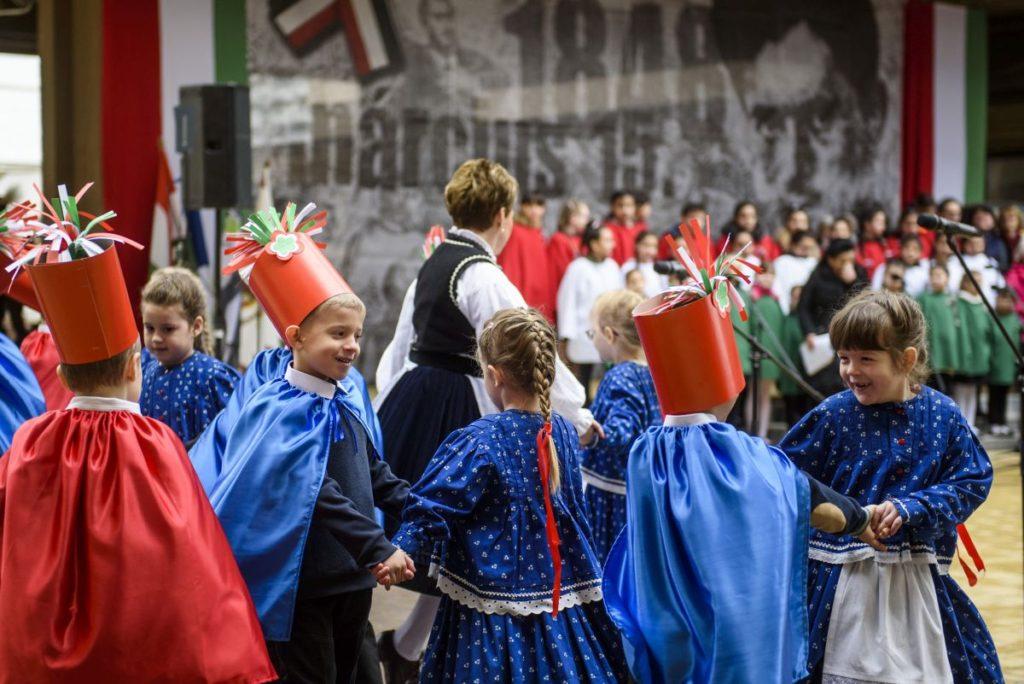 Óvodások műsora az 1848/49-es forradalom és szabadságharc emléknapja alkalmából tartott városi ünnepségen (Fotó: MTI/Komka Péter)