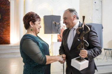 Szvorák Zsuzsanna a Pro Probitate - Helytállásért díjat Csáky Páltól, a Magyar Közösség Pártjának európai parlamenti képviselőjétől és képviselőjelöltjétől, az elismerés egyik alapítójától vette át (Fotó: MTI/Komka Péter)