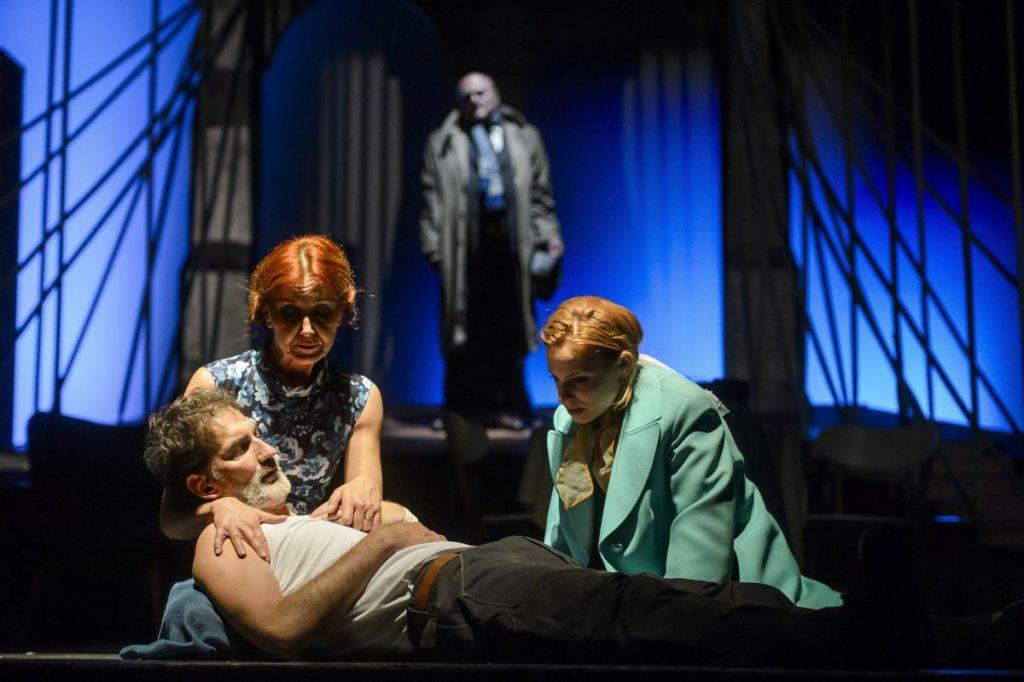 Máté Krisztián (Eddie), Kökényessy Ági (Beatrice), Mikecz Estilla (Catherine) és hátul Albert Péter (Alfieri szerepében) a darab próbáján (Fotó: MTI/Komka Péter)