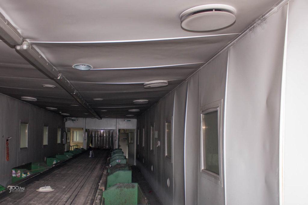 3100.hu Fotó: A tűz hője a hulladékválogató szalagsor helyiségeinek műanyag határolóelemeit is eldeformálta