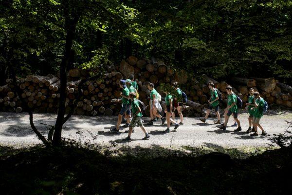 Táborozó diákok az erdei, a kerékpáros és a vízi vándortáborok 2019. évi indulását bejelentő sajtótájékoztató napján Nagyorosziban, a Pénzásási Erdei Turistaháznál 2019. június 19-én (Fotó: MTI/Komka Péter)