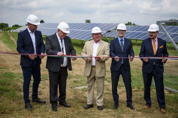 Kovács László, a kivitelező cég ügyvezetője, Borda Attila polgármester, Bablena Ferenc, a Nógrád Megyei Önkormányzat Közgyűlésének alelnöke, Pócs István, a Pannon Green Power Kft. üzletfejlesztési igazgatója és Gergely Felícián, a Pannon Green Power Kft. operatív igazgatója a 2,9 megawatt teljesítményű hugyagi napelempark átadásán 2019. június 20-án. Az 1,2 milliárd forint értékű, kizárólag piaci forrásokból finanszírozott beruházás által termelt áram évente 1750 család energiafogyasztását biztosítja. (Fotó: MTI/Komka Péter)