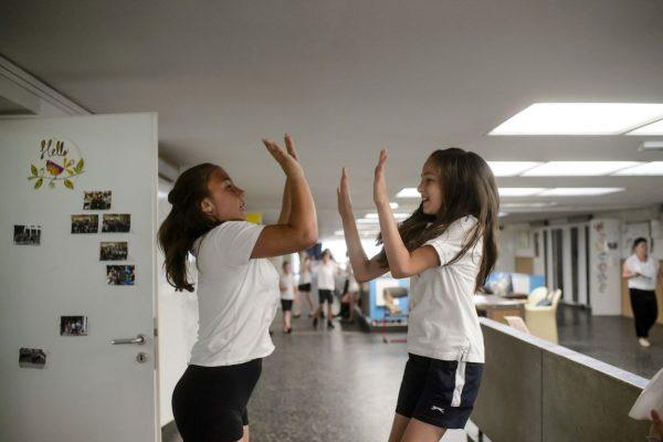 Diákok játszanak az utolsó tanítási napon a Salgótarjáni Általános Iskola és Kollégium Székhelyintézményében (Fotó: MTI/Komka Péter)
