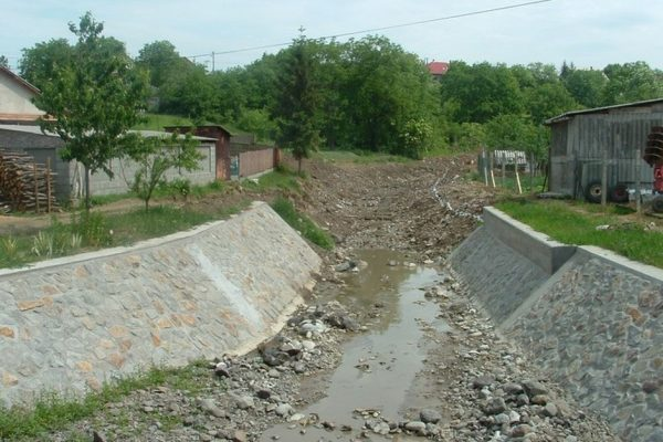 A Kövicses-patak legutóbbi jelentős mederrendezése 2012-ben valósult meg a hasznosi Dobó út közel fél kilométeres szakaszán, mintegy 87 millió forint támogatás felhasználásával (Fotó: Pásztó Város Önkormányzata)