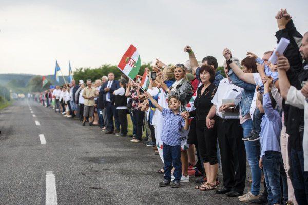 A Palócok élőlánca a határon című rendezvény résztvevői a szlovák-magyar határon átvezető út mentén, a felvidéki Kalondánál (Fotó: MTI/Komka Péter)