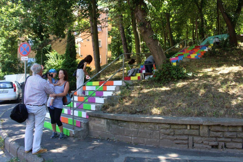 Önkéntesek munkálkodnak a Meredek és a Szerpentin utak közötti lépcsősoron (Fotó: Lakatos Kati)