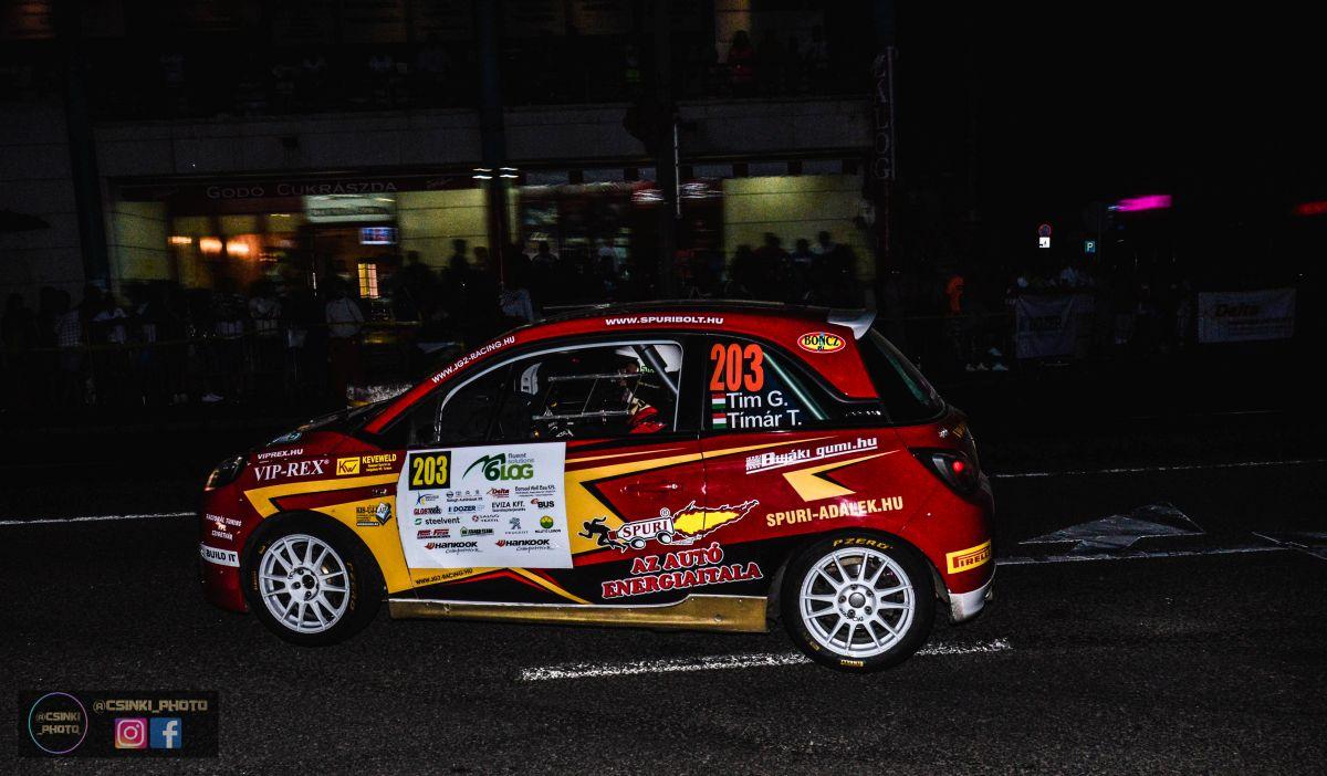 Rallye2 kategóriában döcögősen indult a hétvége a nógrádi Tim Gábor-Tímár Tamás párosnak. Az idei ORB nem hozott nekik eddig sok szerencsét, folyamatosan küszködtek a kis Opel Adam R2-vel. A szombati prológnak is vészvillogóval vágtak neki motorprobléma miatt. (Fotó: Csikó Milán | Instagram)