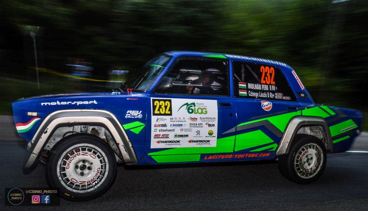 A Rallye2 egyedi kategóriájában taroltak a helyi versenyzők. A kazári Molnár Ferenc, és salgótarjáni navigátora Czinege László összetettben is elég jó eredményt, nyolcadik helyezést értek el a megszokott terepen, egyedi kategóriában pedig elsőként értek be a célba. (Fotó: Csikó Milán | Instagram)