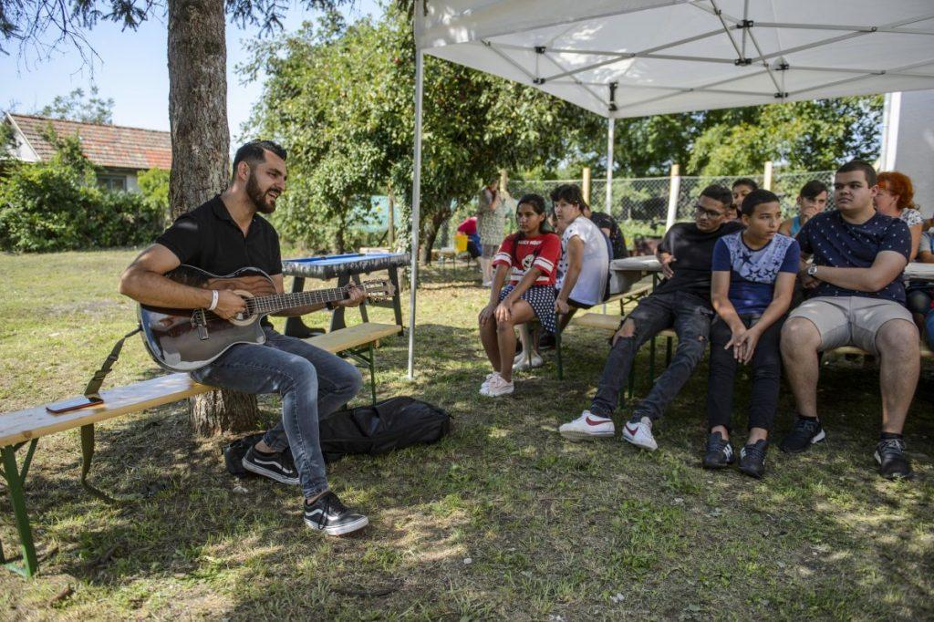 Oláh Gergő énekes előadása a Háromszínvirág Gyermekotthon Vadvirág Lakásotthonában (Fotó: MTI/Komka Péter)