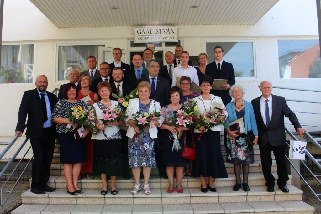Az idei kitüntetettek és a pásztói városvezetők a díjátadó ünnepséget követően (Fotó: Lakatos Kati)