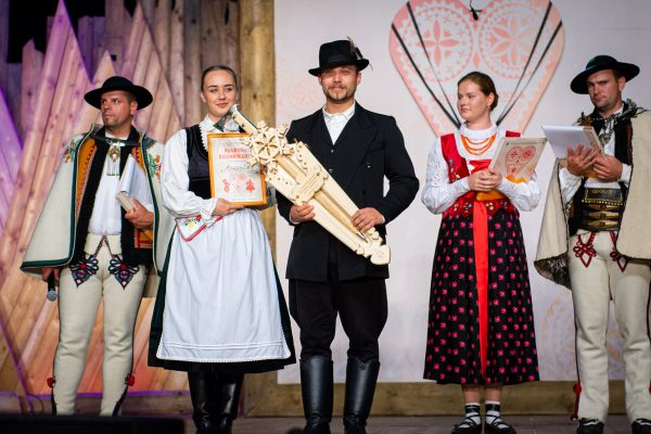 A pásztói táncosok képviselői a fesztivál a média nagydíjával (Fotó: Międzynarodowy Festiwal Folkloru Ziem Górskich)