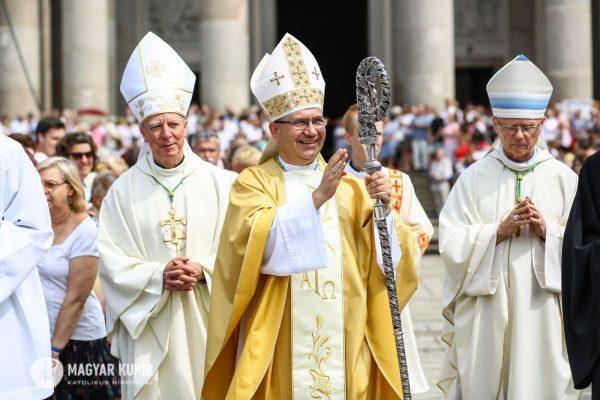 Elől Marton Zsolt, a Váci Egyházmegye püspöke, balra mögötte Beer Miklós nyugalmazott megyéspüspök (Fotó és további képek:Lambert Attila | Magyar Kurír)