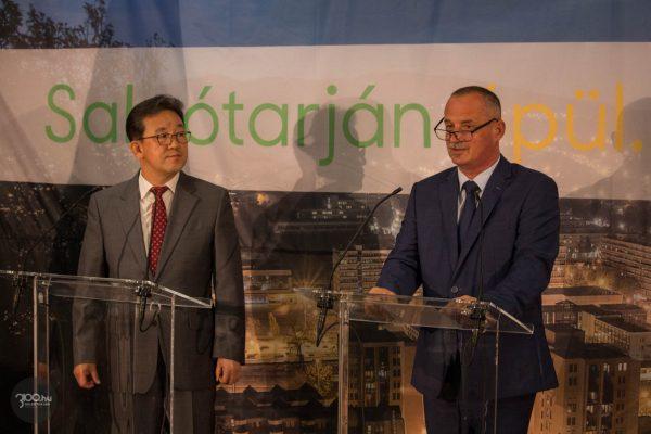 3100.hu Fotó:Choi Jae Young, a Bumchun Precision elnökhelyettese és Fekete Zsolt, Salgótarján polgármestere