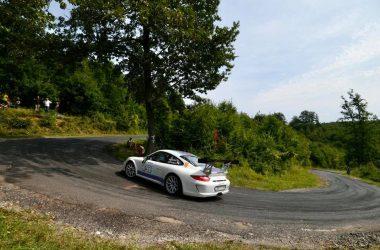 Mindenki nagy örömére vasárnap indultak Super Rallye kategóriában, ám mielőtt célba érhettek volna, a cél előtt pár száz méterrel egy rossz manőver miatt kitört a Porsche bal hátsó kereke. (Fotó: Rigó Motorsport | Facebook)