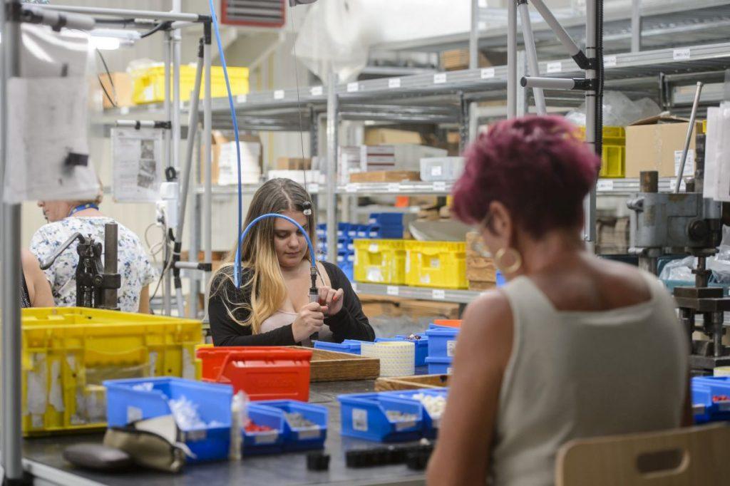 Dolgozók a Bremas Hungary Kft. balassagyarmati új gyárában (Fotó: MTI/Komka Péter)