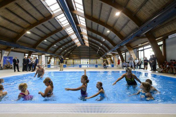 Bemutató úszásoktatás a balassagyarmati Révész László Tanuszodában (Fotó: MTI/Komka Péter)