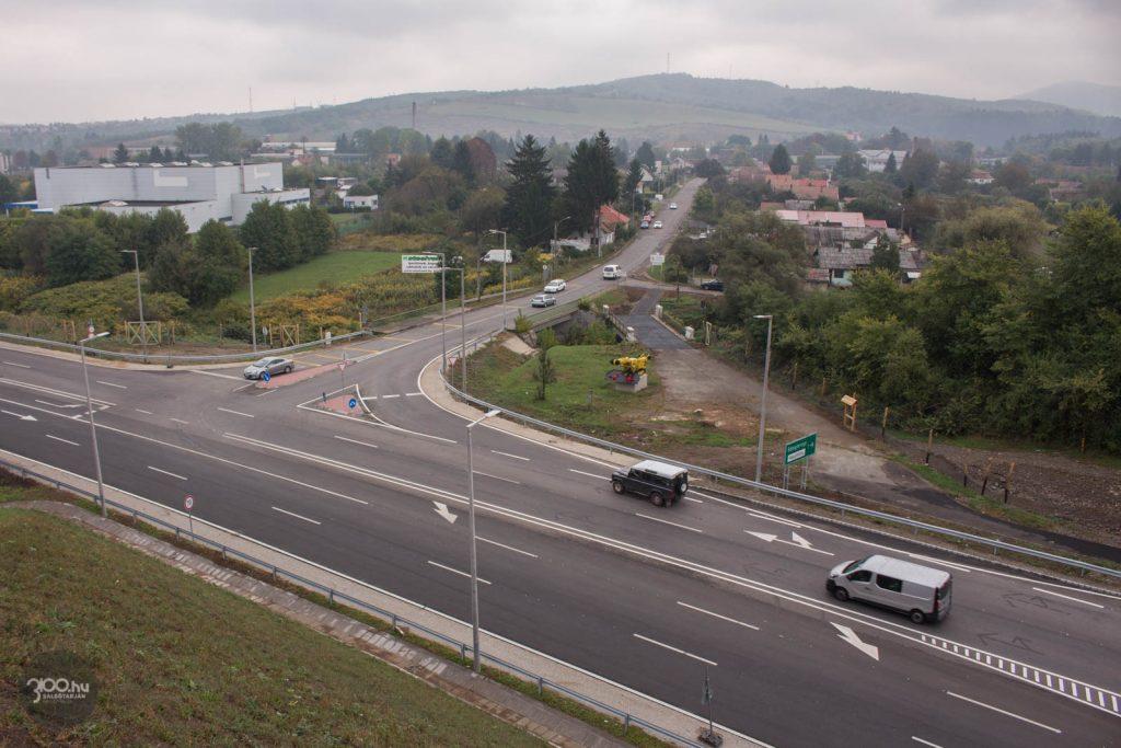 3100.hu Fotó: A 21-es számú főút újonnan négynyomúsított szakasza a Sulyom-hegynél, az átadás délelőttjén